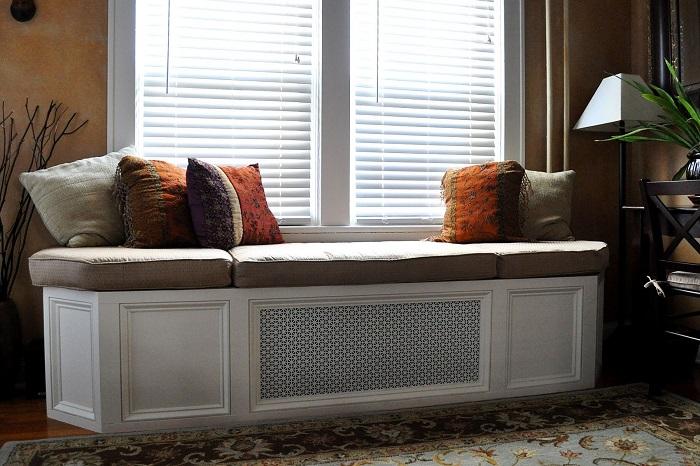 Матрас, подушки и несколько радиаторов дадут в итоге удобную зону для отдыха. / Фото: custommade.com