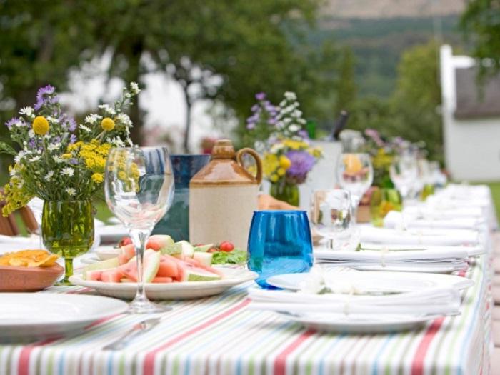 Цветы на столе создают праздничную атмосферу. / Фото: decoratorist.com