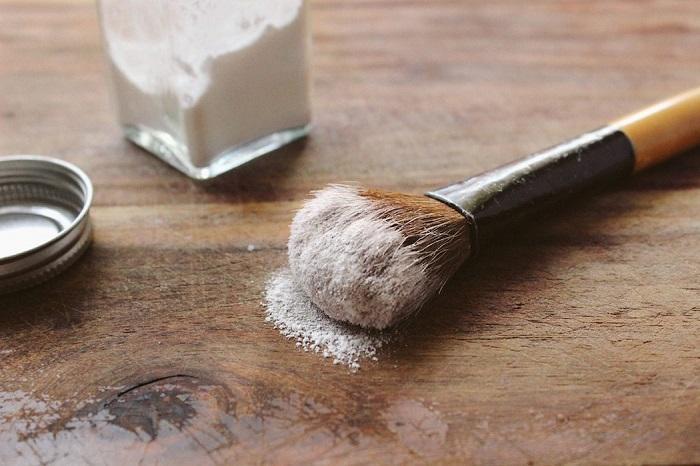 Муку можно использовать в  качестве сухого шампуня для волос. / Фото: darlingmagazine.org