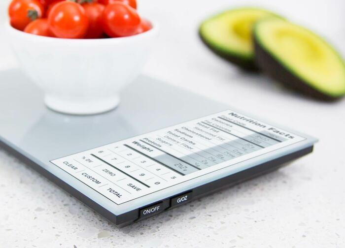 Умные весы показывают калорийность и состав продуктов. / Фото: datchikidoma.ru