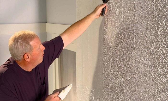 Неровные стены можно визуально замаскировать декоративной штукатуркой. / Фото: sovety-stroy.ru