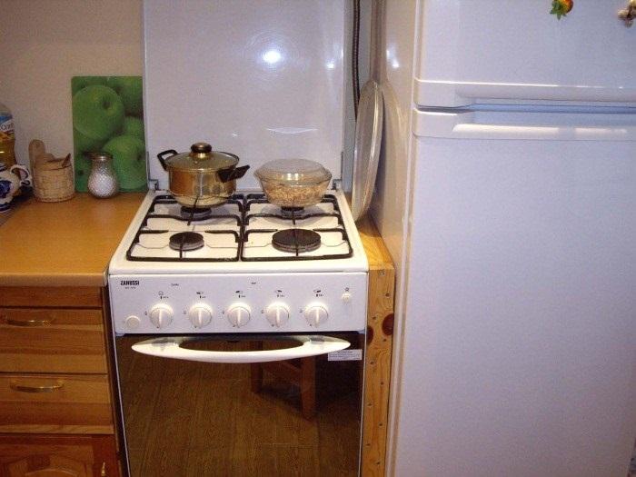 Если плитка будет находиться рядом с холодильником, он вскоре сломается. / Фото: dekoriko.ru