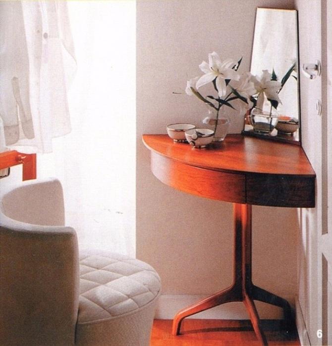 Угловой столик можно использовать в качестве туалетного или обычной тумбы. / Фото: dekorin.me