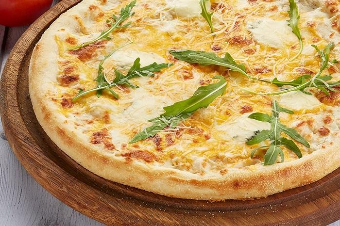 Сыры для этой пиццы очень дорогие. / Фото: delmario.ru