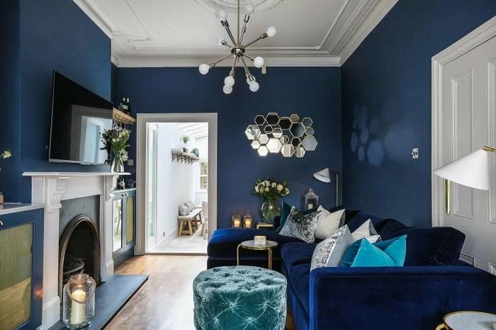 Интерьер гостиной в глубоких синих тонах. / Фото: deluxe.ru