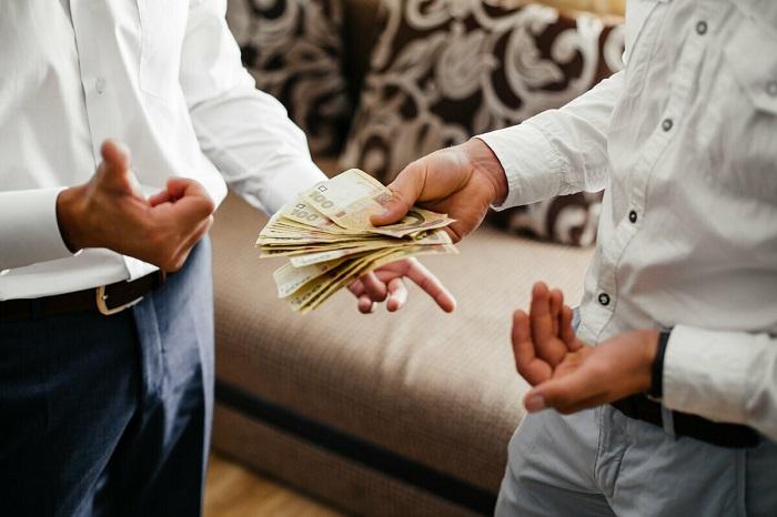 Деньги, которые заняли другу, могут разрушить отношения. / Фото: pinterest.ru