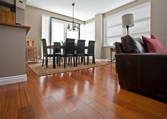 Деревянный пол, покрытый лаком. / Фото: remontbp.com