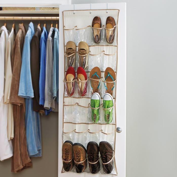 Органайзер для обуви можно разместить на дверце шкафа. / Фото: design-homes.ru