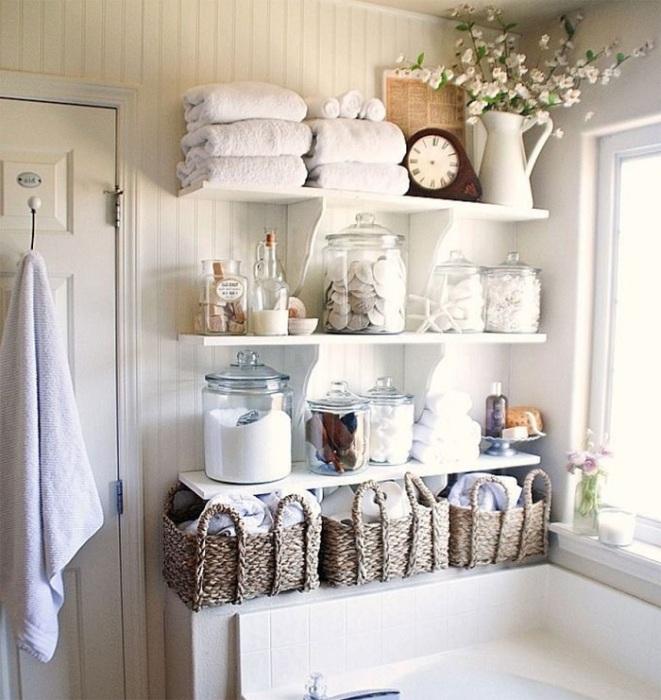 В ванной нужно правильно организовывать хранение при помощи аксессуаров. / Фото: designmyhome.ru