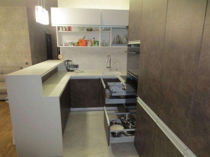 Двухуровневые стойки можно одновременно использовать для готовки и трапезы. / Фото: designwiki.ru