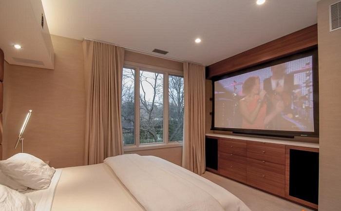 Большой телевизор неуместен в маленькой спальне. / Фото: diary.ru