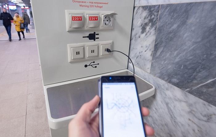 В аэропорту есть специальные места для зарядки телефонов. / Фото: digital.m24.ru