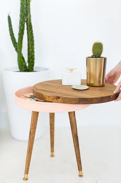 Столешницу, снятую со столика-трансформера, можно использовать в качестве подноса. / Фото: diycraftsguru.com