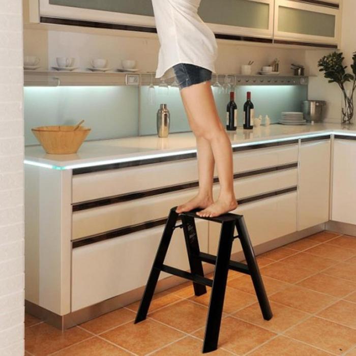 Если хозяйка низкого роста, сложно будет тянуться до верхних шкафчиков. / Фото: pinterest.ru