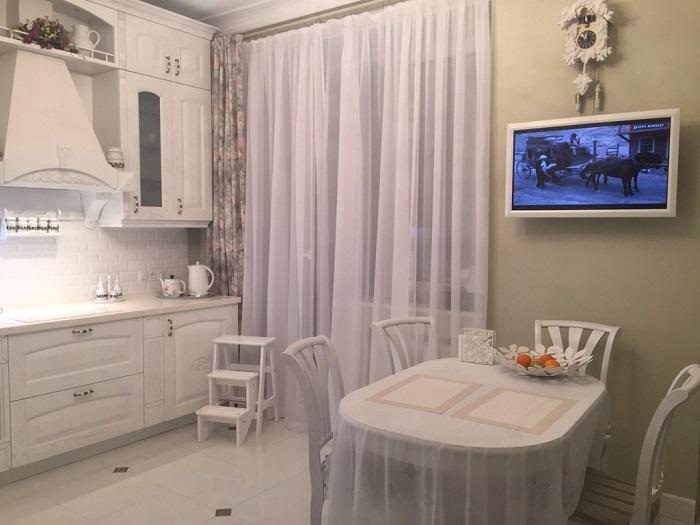 Телевизор отвлекает от общения с семьей. / Фото: dizainkyhni.com