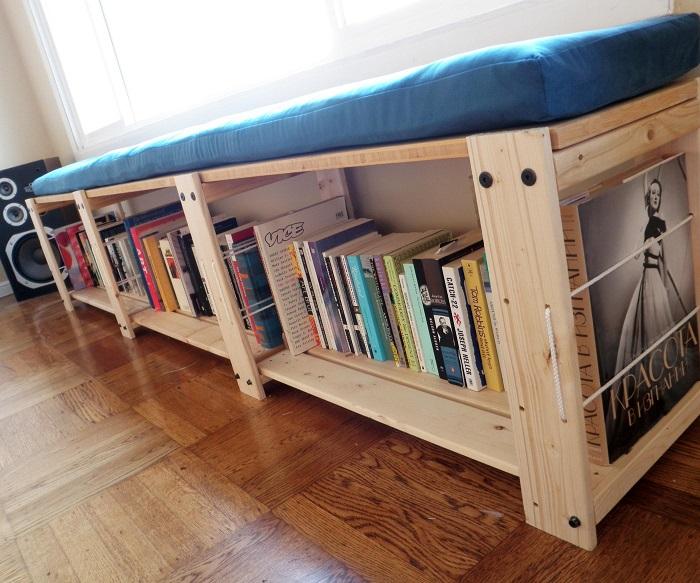 Многофункциональная софа, под сиденьем которой можно разместить книги. / Фото: doido.ru