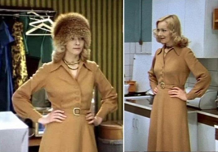 Наденька в приталенном платье-рубашке и пышной лисьей шапке