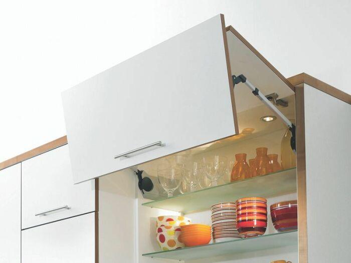 Устанавливайте шкафчики с доводчиками. / Фото: dizainkuhni.com