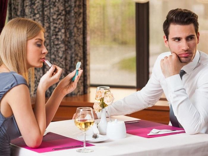 Красить губы, сидя за столом - неприлично. / Фото: dreamstime.com