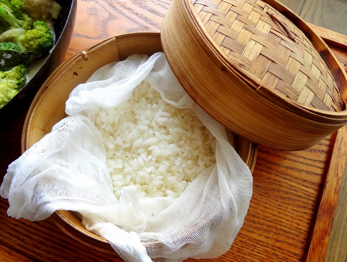 Рис для компресса можно завернуть в марлю. / Фото: fb.ru