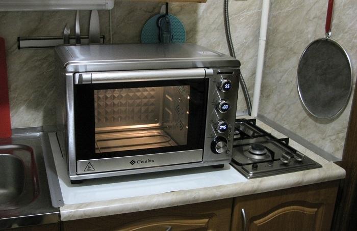 На крохотной кухне поместится только мини-духовка. / Фото: onlinetrade.ru