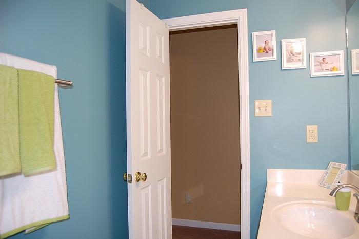 Через открытую дверь пар из ванной перейдет в другие комнаты. / Фото: vseovanne.ru
