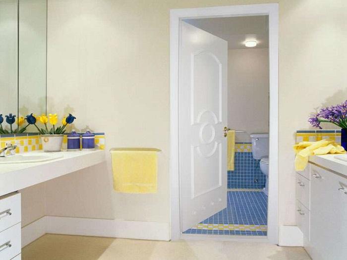Через открытую дверь влага из ванной попадает в другие комнаты. / Фото: yellowhome.ru