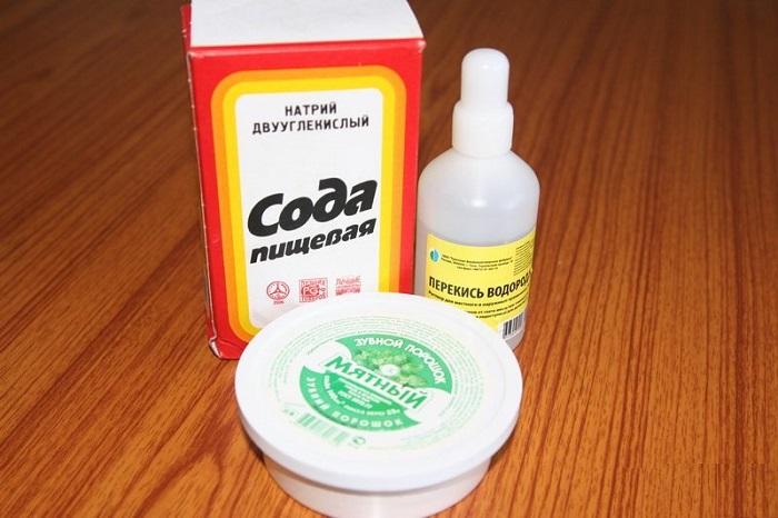 Смесь из соды и перекиси водорода разрушает эмаль. / Фото: eardoc.ru