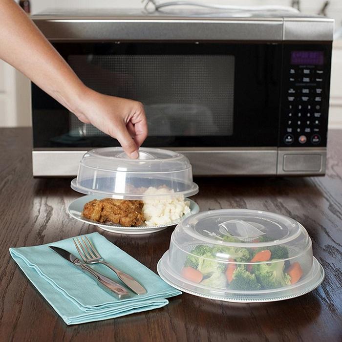 Блюдо не стоит выкладывать горкой, иначе прогреется неравномерно. / Фото: crisis.in.ua
