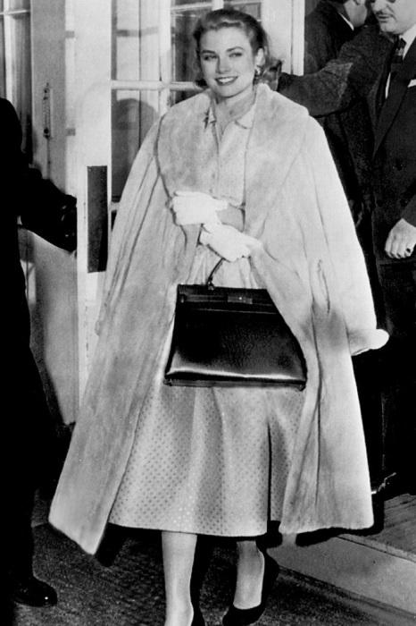 Княгиня Грейс скрывает свою беременность от журналистов при помощи сумки. / Фото: edinstvennaya.ua