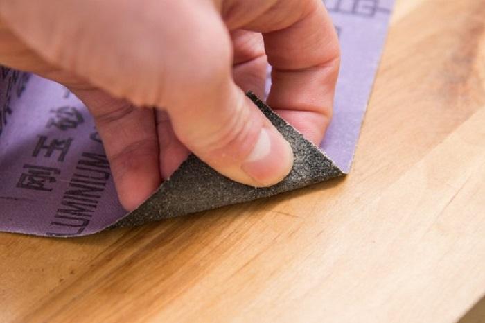 Наждачная бумага борется с заметными царапинами. / Фото: ehowcdn.com