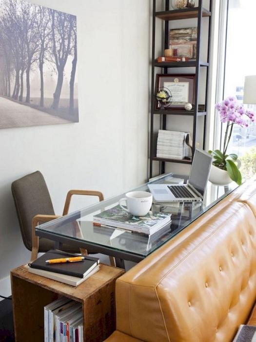 Рабочее место около стены за спинкой дивана. / Фото: eksa.redecorideas.com