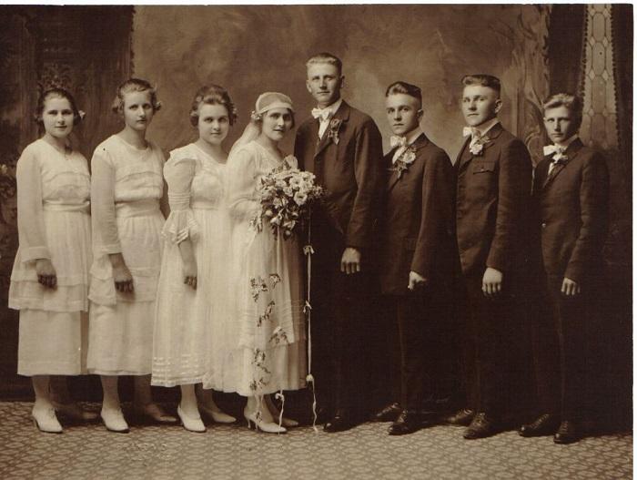 Скромное свадебное платье начала ХХ века. / Фото: ekskursia-spb.ru