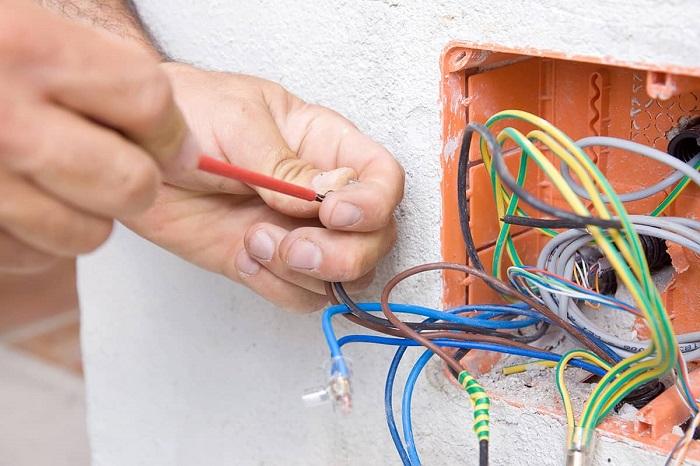 Электропроводку нужно проверять на этапе ремонта. / Фото: fonolive.com