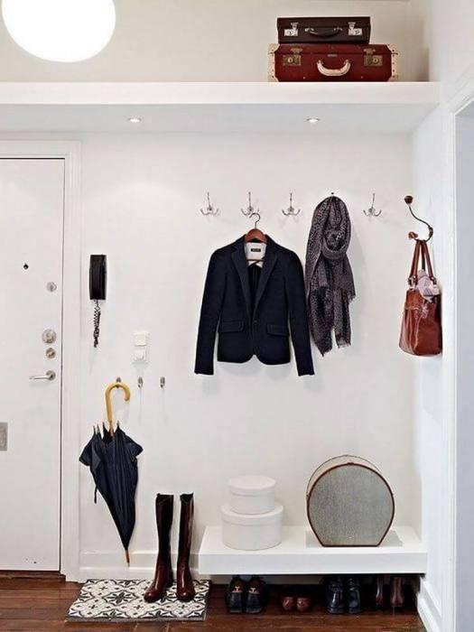 Крючки пригодятся, если в прихожей нет места для полноценной вешалки и шкафа. / Фото: emakar.ru