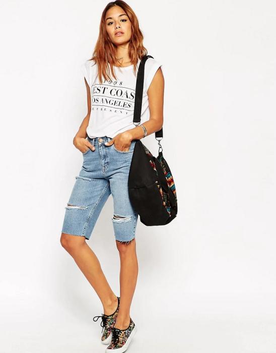 Лаконичный образ с футболкой разбавит сумка-шоппер. / Фото: eva.ru