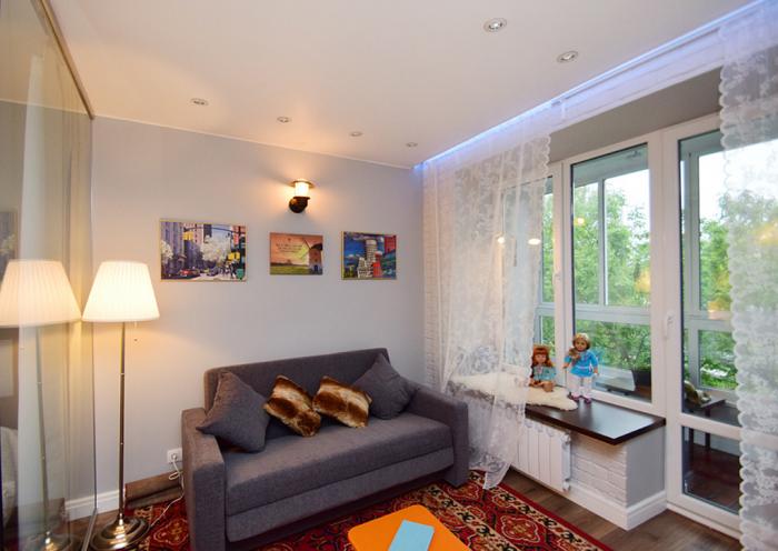 Маленькая квартира нуждается в нескольких источниках света. / Фото: evrookna-mos.ru