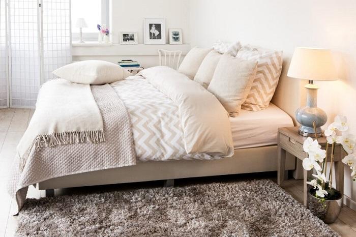На кровати гармонично смотрится покрывало в тандеме с пледом. / Фото: express-china.ru