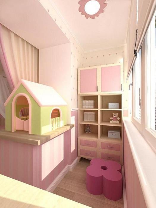Если у ребенка нет своей комнаты, лоджия станет хорошим вариантом игровой. / Фото: extra-room.ru