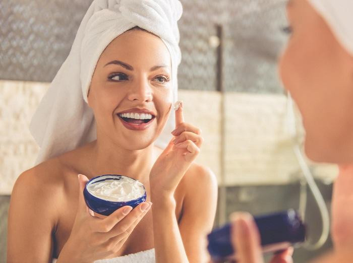В период морозов вполне можно пользоваться привычными увлажняющими кремами. / Фото: eyecream.lori-ellis.com