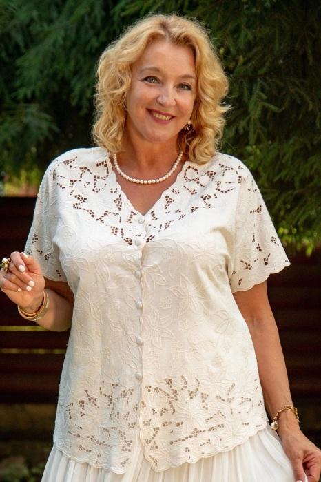 Блузы с кружевом не привносят изюминку в образ. / Фото: edinstvennaya.ua