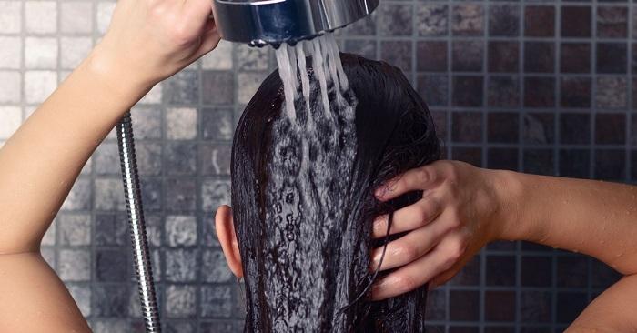 Если вы подготовили свой организм заранее, то можно купаться под холодным душем. / Фото: factsinter.com
