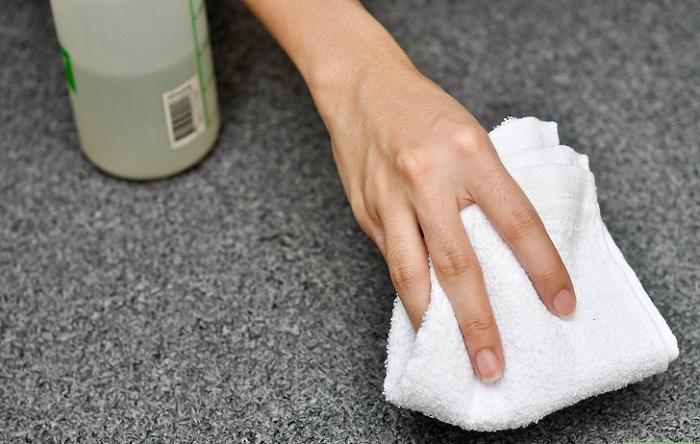 Устраните пятно на ковре при помощи тряпки, смоченной в газировке. / Фото: familyhandyman.com