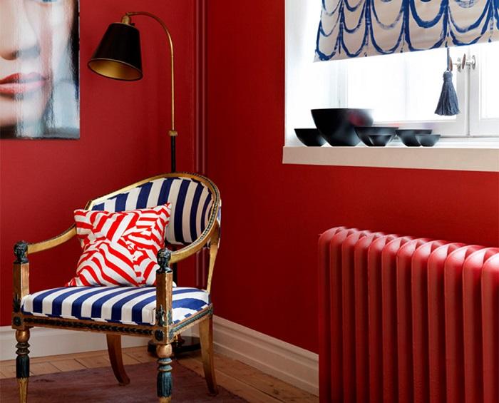 Красный радиатор будет отлично сочетаться с такой же по цвету стеной. / Фото: fashion-int.ru