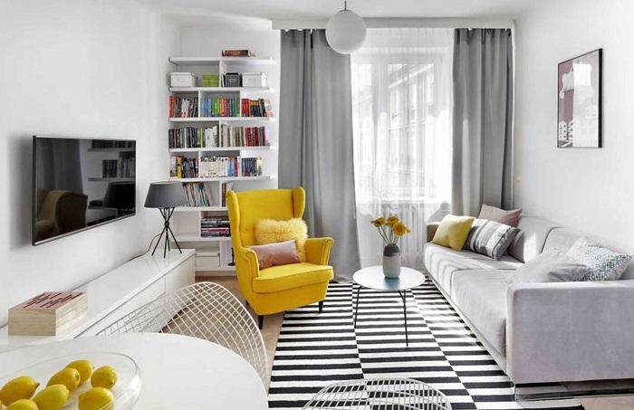 Желтые подушки идеально сочетаются с таким же по цвету креслом. / Фото: feminissimo.ru