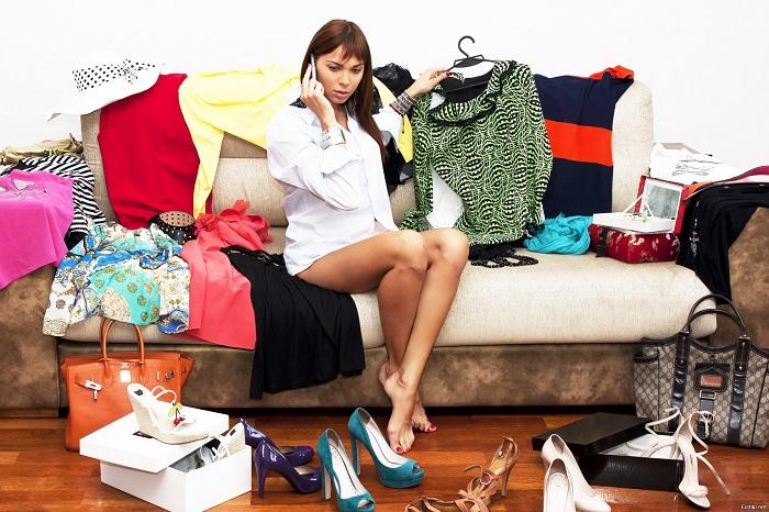 Девушка не может выбрать, что надеть на работу. / Фото: fishki.net