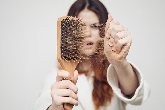 Сон с мокрой головой приводит к выпадению волос. / Фото: flytothesky.ru