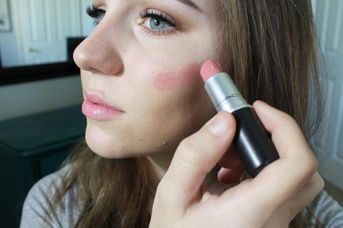 Помаду можно использовать вместо румян. / Фото: forum-cosmetic.ru