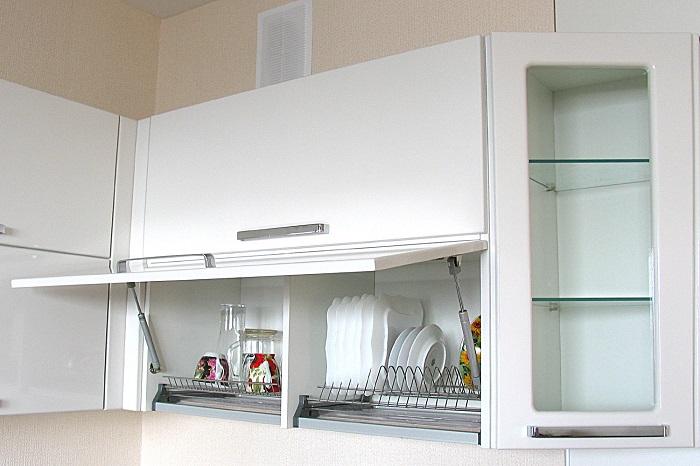 Шкафчики, которые открываются наверх, гораздо удобнее, чем стандартные. / Фото: forum.design
