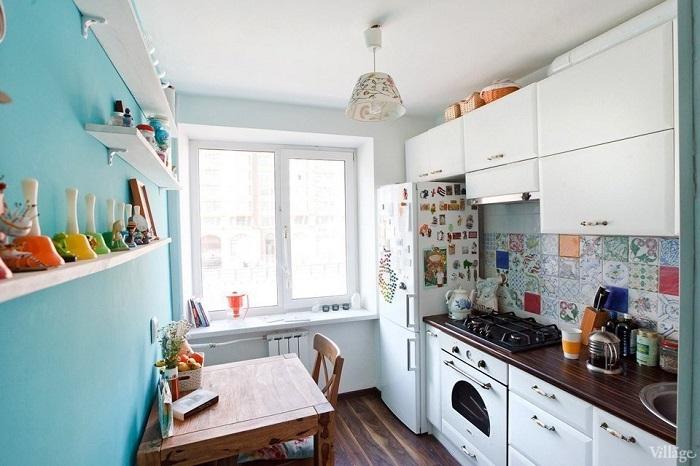 Голубая акцентная стена в интерьере кухни. / Фото: fotostrana.ru